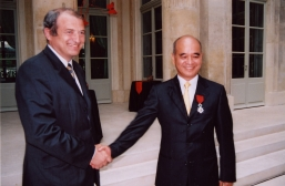 On 18 July 2005, Dr Cheng Kar Shun, Henry, Managing Director, New World Development Company Limited, receives the Legion of Honour from Mr François Loos, French Minister of Industry for his outstanding contributions to Sino-French relations.