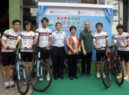 "Ms Maisy Ho Chiu-Ha, Chairman of Community Services Committee cum 5th Vice-Chairman of TWGHs (Forth from right) and Mr Gary Chen Guanzhan, General Manager of NWD (Third from right), officiate the kick off ceremony of the new eco cycling tour ""New World ECOASIS Series – Kam Pok Eco Tour"" together with guests and BiciLine tour guides"