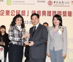 Maria Cheung, General Manager – Corporate Communication of NWS Holdings (second from left) receives Gold Award in Outstanding Volunteer Team category in the Second Hong Kong Outstanding Corporate Citizenship Award on the ceremony