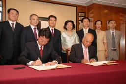 "Mr Zhang Jianguo, General Director of the State Administration of Foreign Experts Affairs (front left) and Dr Henry Cheng, Managing Director of New World Group (front right) co-signed the agreement of ""Foundation for Thousand Foreign Experts Programme"" under the witness of Mr Huang Lanfa (third from left at the back), Deputy Director (Vice-minister) of LOCPG and other distinguished guests"