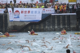 Hundreds of contestants hit the water at the sound of the starting gun for the New World Harbour Race 2012