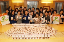"New World Group cares for its staff members and distributes red date tea bags and ""Caring Tips for Women"""