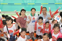 "The ""queen of the breaststroke"" helped the event generate an overwhelming response. From left to right: Ms. Maria Cheung, General Manager of Corporate Communication of New World Development Company Limited, Ms Luo Xuejuan, Mr. David Mong Tak Yeung, Executive Committee Member of HKASA and participants from the New World Swimming Academy."