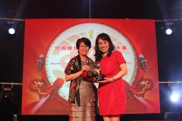 Maria Cheung (right), General Manager of Corporate Communication of New World Development Company Limited and Sheila Tang (left), General Manager of Corporate Communication of NWS Holdings accepting the awards