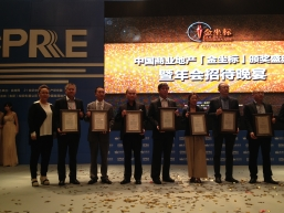 Assistant Operation Manager of K11 South China Region Li Zhen (forth left) accepts the award on behalf of K11