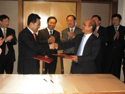 """Mr Ji Yun-shi, General Director of the State Administration of Foreign Experts Affairs (front left) and Dr Henry Cheng, Managing Director of New World Group (front right) co-signed the agreement of """"New World/ Harvard Kennedy School of Government Fellows Program"""" (2007-2009) under the witness of Mr Peng Qing Hua (second from the left at the back), Deputy Director (Vice Minister) of the Liaison Office of The Central People's Government in the Hong Kong S.A.R."""
