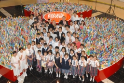 """NWD, CYLF and YAF co-organize """"People Power In A New World"""" Youth Arts Exhibition.The officiating guests took a photo with the students in the opening ceremony."""