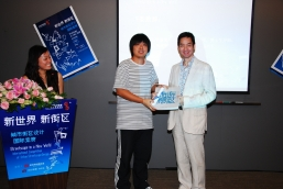 Mr Alex Pun, Assistant General Manager of NWCL and Chief Executive of Shanghai District (r.) presenting awards to the winner