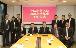 Gerry Lam (seated third from right), Executive Director of Sino French Water and General Manager—Water of NWS Infrastructure Management Limited, and Xu Shu Sheng (seated second from left), Director of Sichuan Development Holding Company Limited, at the signing ceremony yesterday.